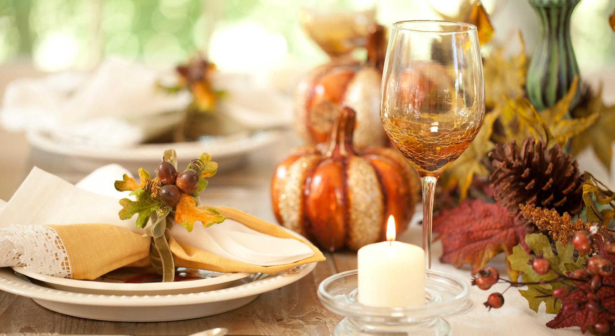Come decorare la tavola d'autunno con le foglie secche ...