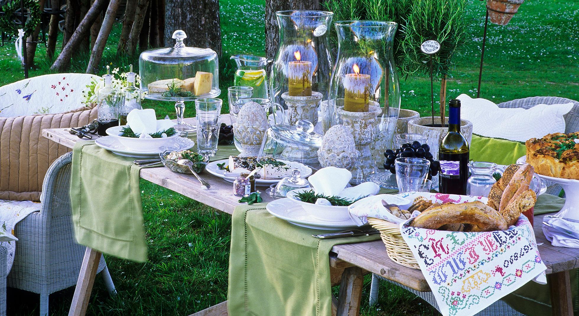 come apparecchiare la tavola per una cena in giardino