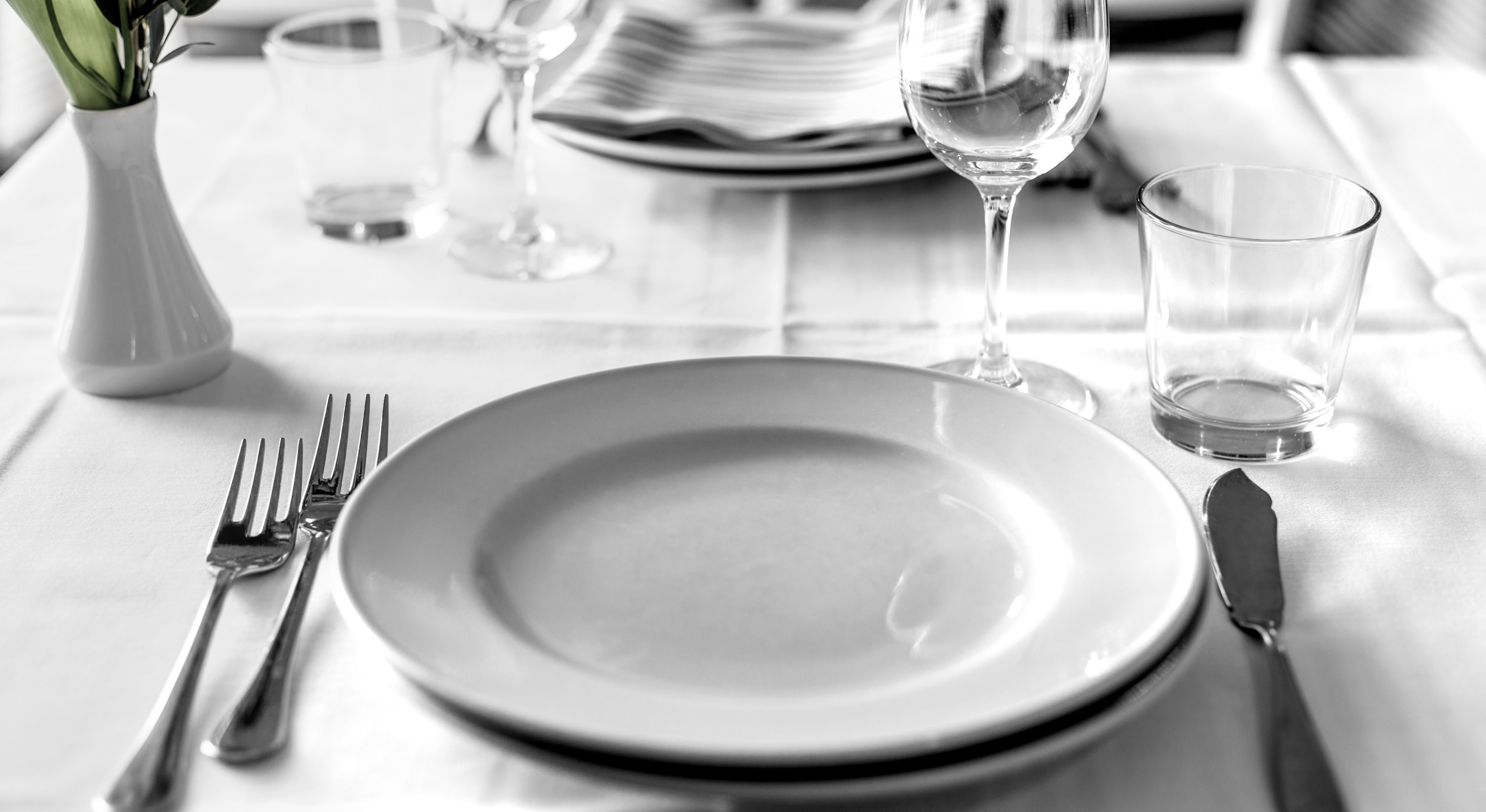 Come si apparecchia la tavola secondo il galateo aia food - Disposizione bicchieri in tavola ...